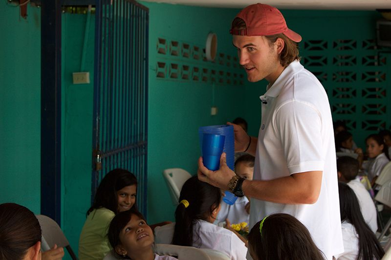 A student is serving pure water to schoolchildren in Panama.