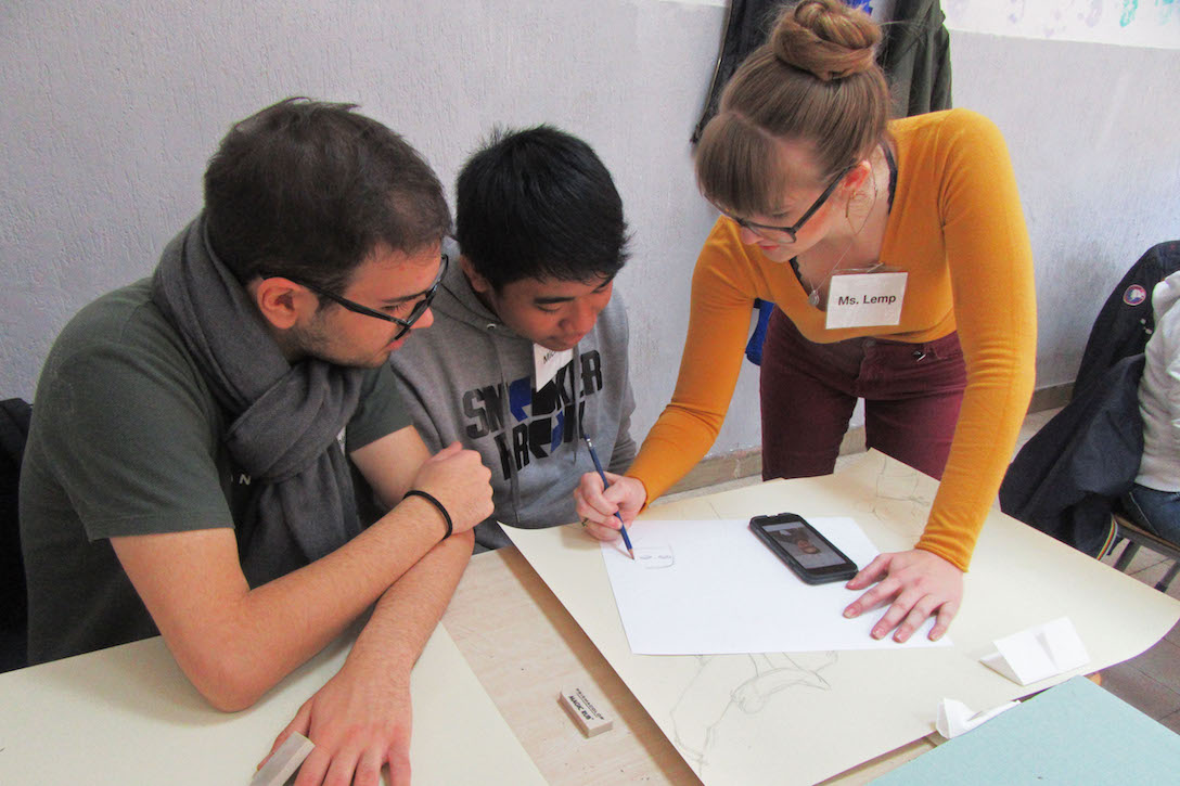 Alexandra Lemp working with art students in Italy.
